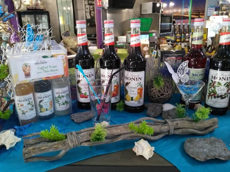 Plusieurs bouteilles de sirop Monin disposés sur un stand de la boutique de produits locaux des Halles de Bourges (18)